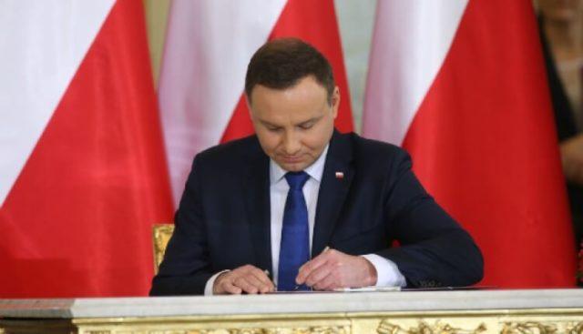 Prezydent Andrzej Duda podpisuje ustawę